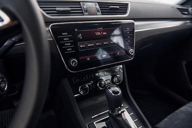 Pannello frontale del nuovissimo veicolo moderno con tavoletta digitale e pannello di controllo
