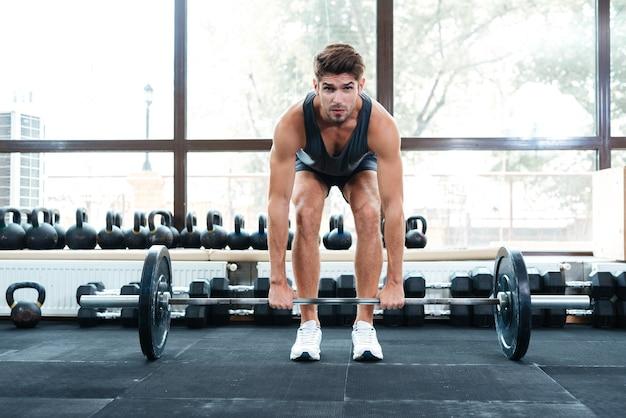 Foto frontale dell'uomo atletico. pieno