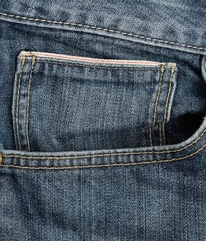 Tasca anteriore dei jeans blu classici, telaio completo, da vicino