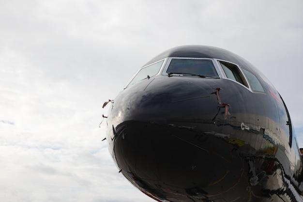 Sezione anteriore del business jet nero