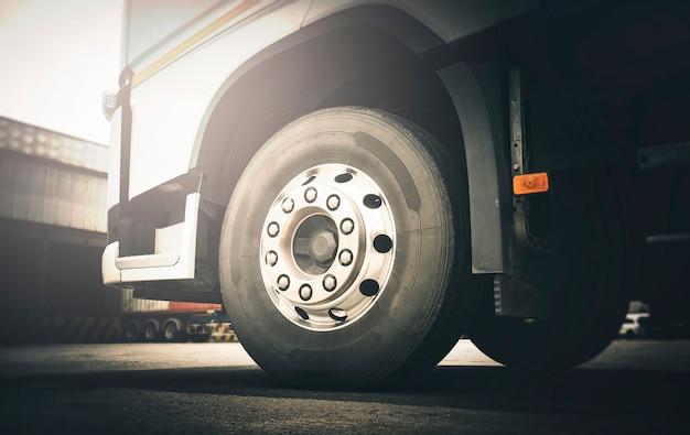Parte anteriore delle ruote del camion dei semi trasporto del camion del trasporto logistica