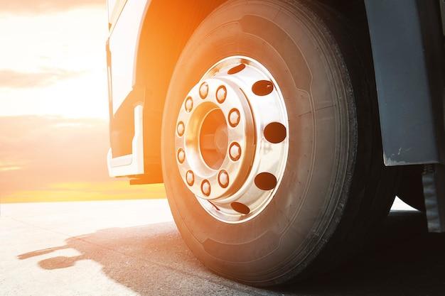 Parte anteriore delle ruote del camion semi un parcheggio con trasporto di camion merci dell'industria della luce solare