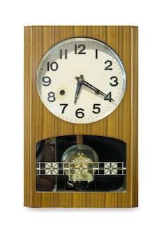 Vista frontale dell'orologio da parete antico isolato su priorità bassa bianca.
