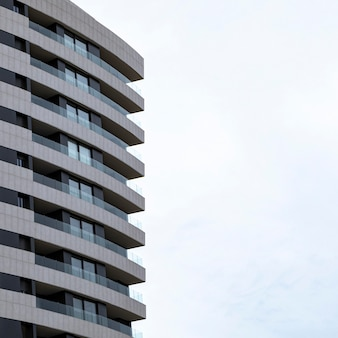 Vista frontale del condominio in città con copia spazio