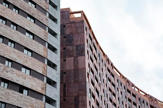 Vista frontale di condomini in città con copia spazio