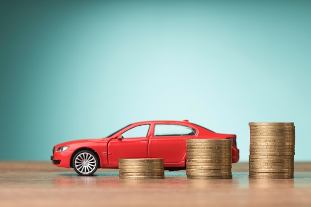 Disposizione di vista frontale degli elementi finanziari con automobile rossa