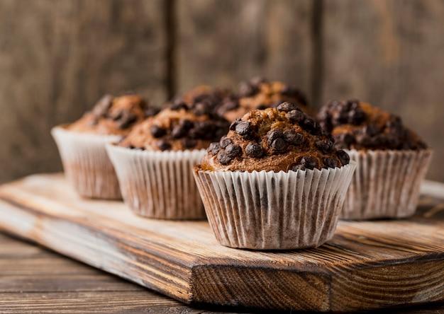 Disposizione di vista frontale dei muffin sul bordo di legno
