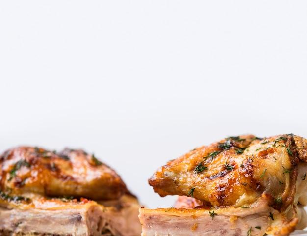 Vista frontale intero cotto metà del pollo