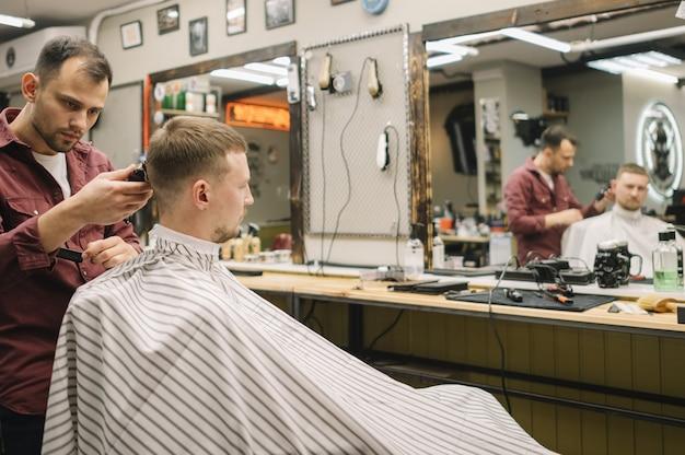 Vista frontale del concetto di barbiere
