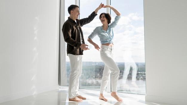 Vista frontale della bella coppia che balla