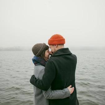 Vista frontale di una coppia bella e felice