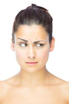 Vista frontale della bella donna scettica che osserva via