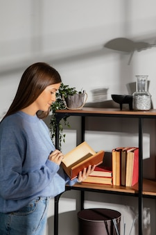 Vista frontale di bella donna che legge un libro