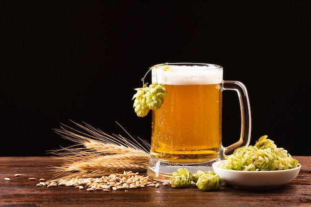 Boccale di birra vista frontale con ingredienti