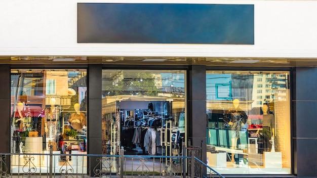 Vista frontale della segnaletica nera della facciata del negozio generico