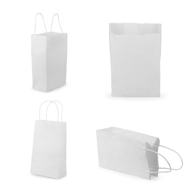 Vista frontale del pacchetto vuoto del sacchetto di carta dello spuntino isolato su bianco con l'insieme del percorso di ritaglio