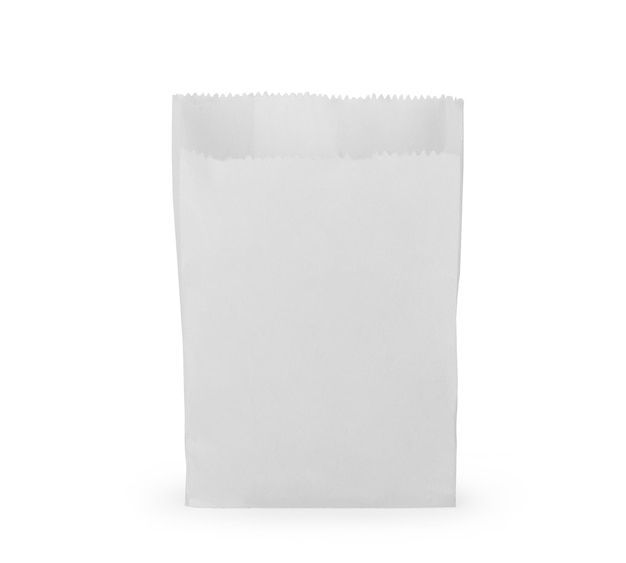 Vista frontale del pacchetto vuoto del sacchetto di carta dello spuntino isolato su bianco con il percorso di ritaglio