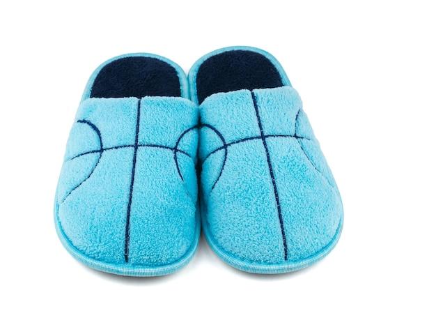 Vista frontale delle pantofole blu isolate su bianco. scarpe comode da casa.