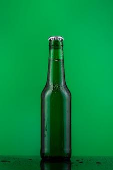 Vista frontale bottiglia di birra
