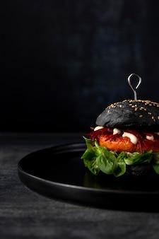 Hamburger di vista frontale con panini neri