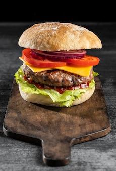 Hamburger di vista frontale con verdure e carne