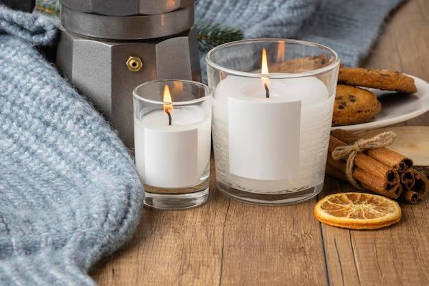 Vista frontale di candele con maglione e bollitore