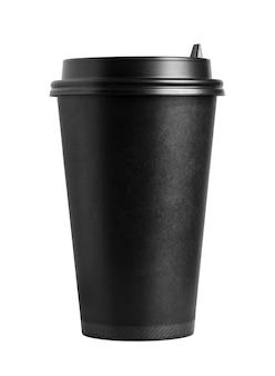 Vista frontale della tazza di caffè nero in cartone con coperchio isolato su priorità bassa bianca.
