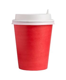 Vista frontale della tazza di caffè in cartone con coperchio isolato su sfondo bianco.