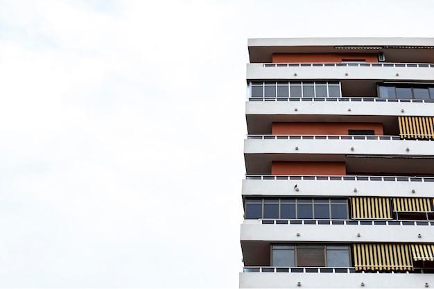 Vista frontale della costruzione di cemento in città con copia spazio