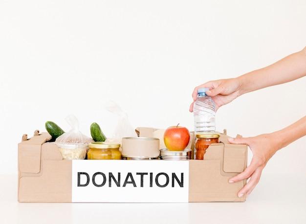 Vista frontale della scatola di donazione di beneficenza con spazio di copia
