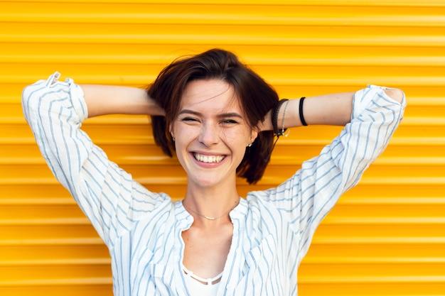 Posa affascinante della donna di smiley di vista frontale