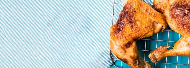 Cosce di pollo vista frontale sul vassoio con copia-spazio