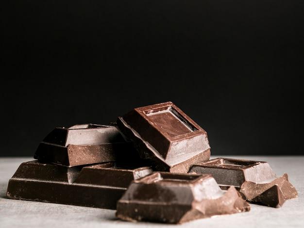 Quadrati di barretta di cioccolato di vista frontale