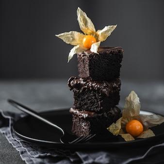 Vista frontale di pezzi di torta al cioccolato sulla piastra con decorazione