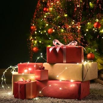 Vista frontale dell'albero di natale e regali