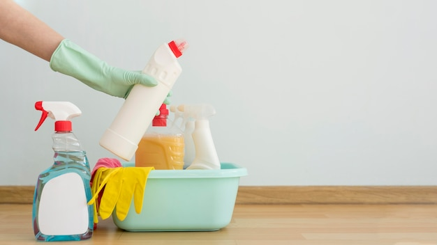Vista frontale dei rifornimenti di pulizia in secchio con lo spazio della copia