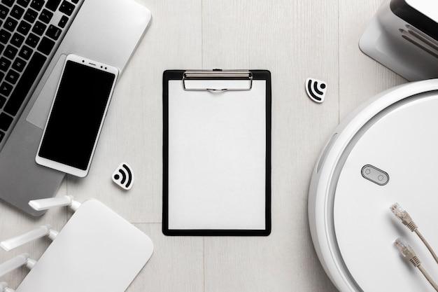 Vista frontale degli appunti con router wi-fi e laptop