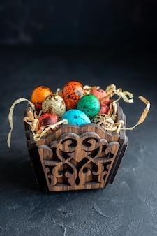 Vista frontale uova di pasqua colorate all'interno di una scatola dal design elegante sfondo scuro ornato colorato colore vacanza pasqua