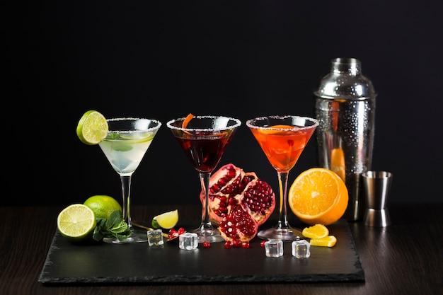 Vista frontale di bicchieri colorati di cocktail