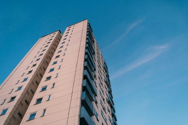 Vista frontale dell'edificio costruito su un cielo azzurro chiaro