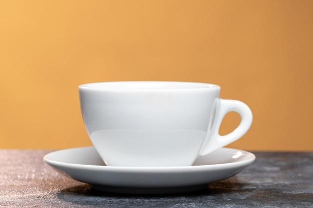 Vista frontale della tazza di caffè sulla superficie chiara