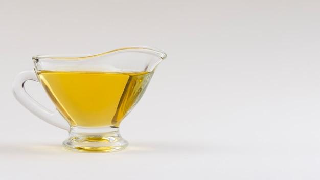 Tazza di vista frontale con olio d'oliva sul tavolo
