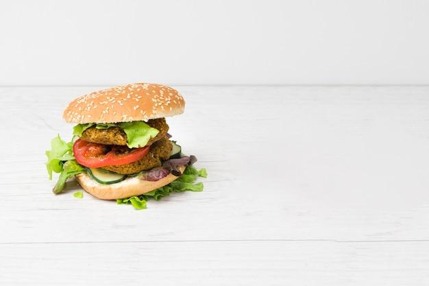 Hamburger delizioso vista frontale con spazio di copia