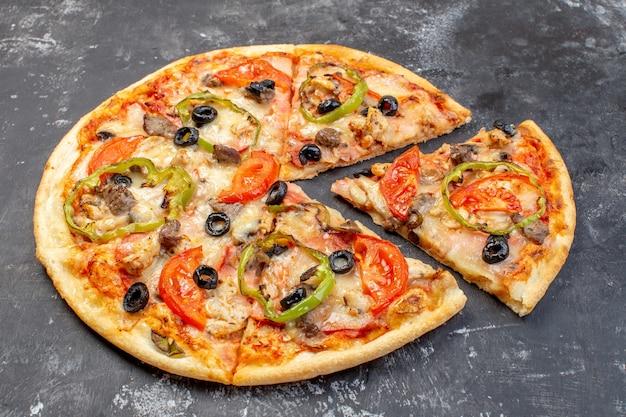 Vista frontale deliziosa pizza al formaggio affettata e servita sulla superficie grigia