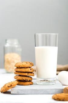 Biscotti deliziosi di vista frontale con latte sul tavolo
