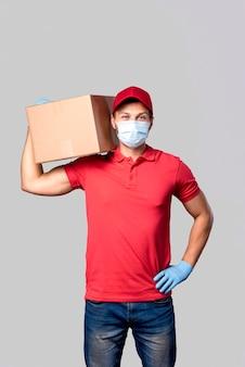 Uomo di consegna vista frontale con maschera e globi