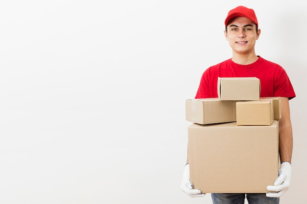 Uomo di consegna vista frontale con i pacchetti