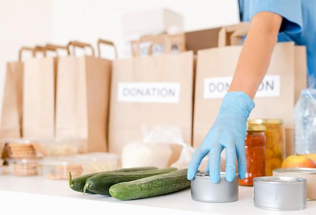 Vista frontale delle borse alimentari donazione