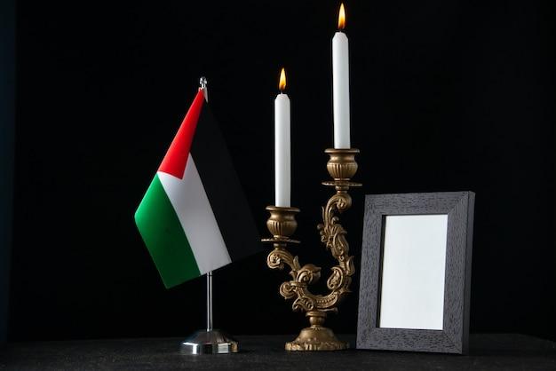 Vista frontale dell'elegante candelabro con candele al buio