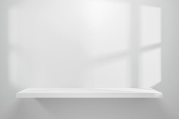 La vista frontale dello scaffale vuoto sulla tavola bianca della tavola e il fondo della parete con la finestra naturale si accendono.